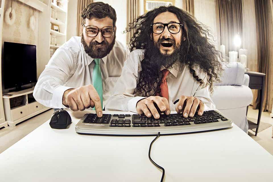2 geek devant un site internet Plug and pulse
