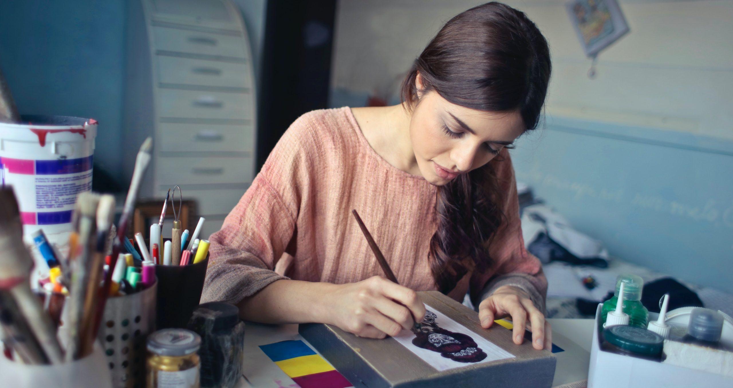Plug and Pulse - Site web par abonnement - artiste en train de peindre sur une feuille